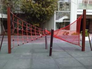 赤いハンモック型の遊具