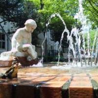 坂本町公園の噴水とカエル