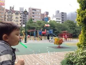 シャボン玉と遊具